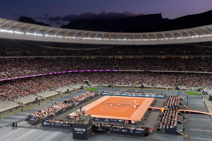 Roger Federer, Rafael Nadal, komiek Trevor Noah en Bill Gates spelen voor 48.000 mensen in Kaapstad.