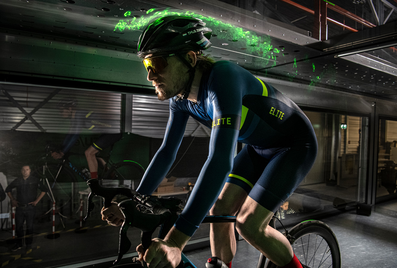 Thijs Zonneveld test in een windtunnel.