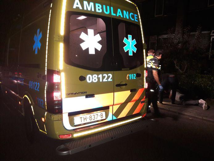 De gevallen fietser krijgt eerste hulp in Groesbeek.