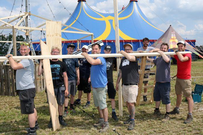 De organisatie steekt samen met tal van vrijwilligers de handen uit de mouwen op het festivalterrein