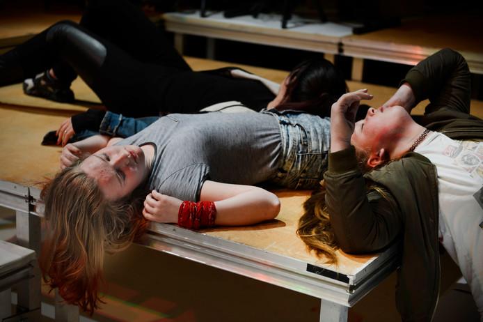Enschede - Repetitie Macbeth door 13 jongeren bij Sonnevanck. Samen met professionele theatermakers maken ze dit koningsdrama dat te zien is op 28, 29 en 30 april.