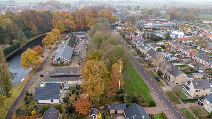 Voor sloop en sanering van de voormalige gemeentewerf (links), waar de Knarrenhof moet verrijzen, gaat dit voorjaar al de kettingzaag in drie bomen  in de groensingel langs de Dr. H.A.W. van der Vechtlaan
