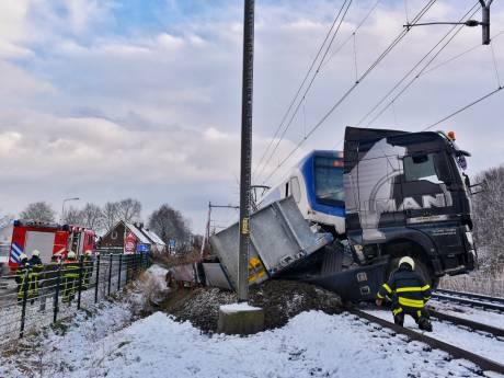 Trein ramt vrachtwagen bij Udenhout, rest van de dag geen treinen tussen Den Bosch en Tilburg