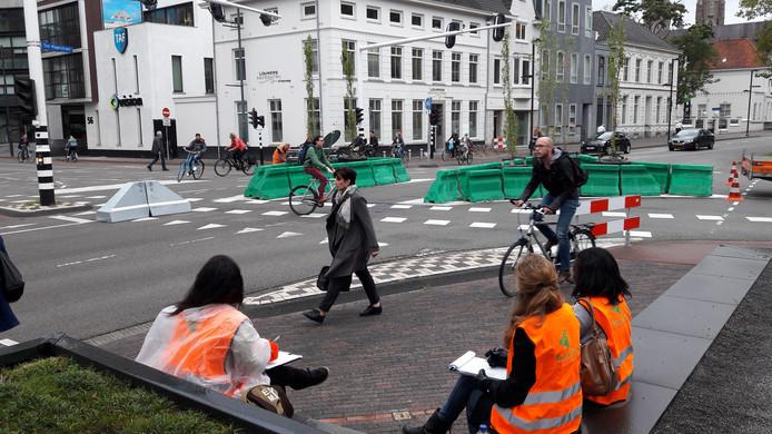 Verkeerstellers tellen het aantal fietsers en auto's en de route die ze nemen op de kruising Vestdijk-Ten Hagestraat-Kanaalstraat. Ook houden ze bij hoeveel auto's rechtdoor rijden op de Vestdijk waar dat niet meer mag.