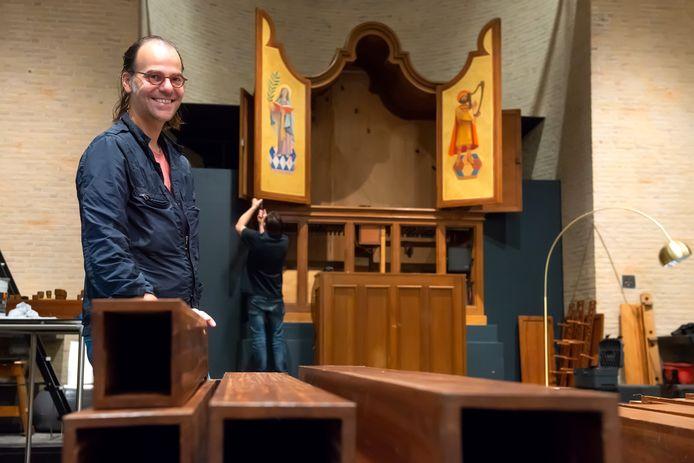 Avans-docent en orgelliefhebber Joop de Zwart in de kapel van Kunstacademie AKV|St.Joost in Breda, waar het pijporgel wordt gerestaureerd.