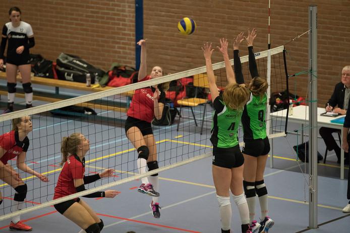 Volleybalvereniging de Bevers uit Lemelerveld (rode shirts) in actie tegen Sudosa-Desto uit Assen. De jongste spelers van de club uit Lemelerveld zouden ook meedoen aan de clinic van KirstinKnip.