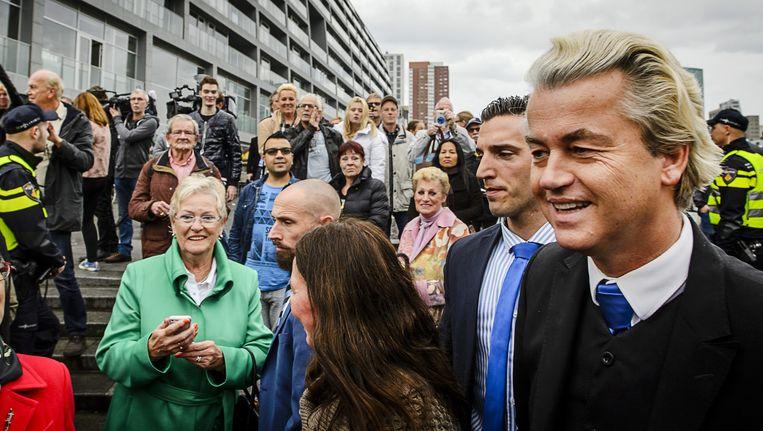 PVV-leider Wilders deelt flyers uit tegen de komst van een asielzoekerscentrum Beeld anp
