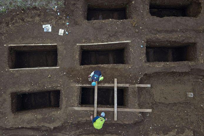 In Bogor op West Java worden graven gegraven voor overleden coronapatiënten.