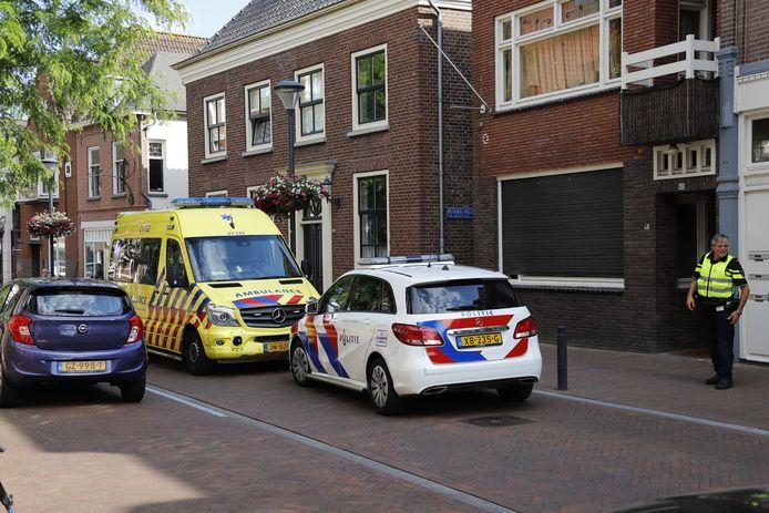 Hulpdiensten in de Steenstraat in Boxmeer, kort na de steekpartij op 13 juni.