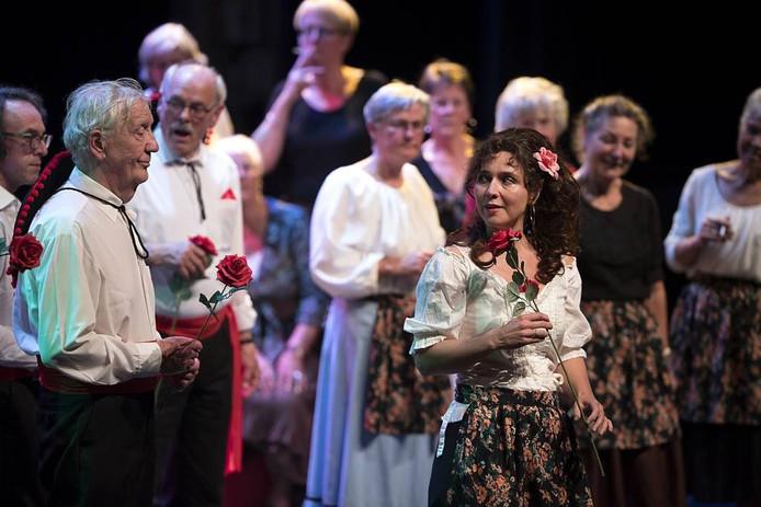 Carmen (gespeeld door professional Madeleen van IJsselmuiden) krijgt vel aandacht van de mannen op straat.