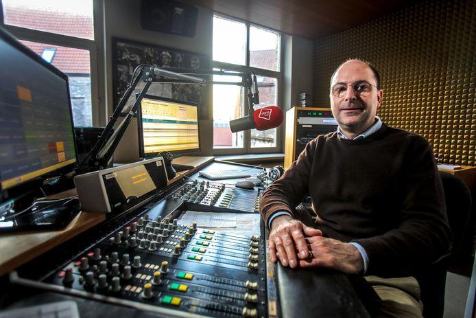 """Frederik Thomas in de radiostudio van VBRO: """"Ons hoofdkwartier blijft huis Ter Beurze in hartje Brugge""""."""