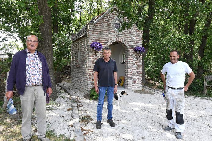 De Vlinderkapel is een bouwwerkje dat gemaakt is door katholiek Piet Lamers  (links),  protestant Ep Melissen (midden) en moslim Muhamed Smajïc.