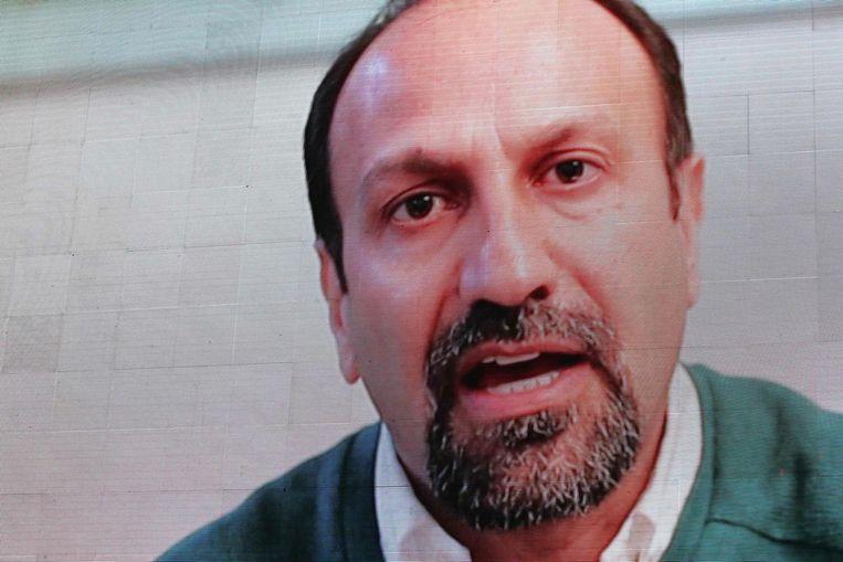 De Iraanse filmmaker Asghar Farhadi in een van tevoren opgenomen boodschap. Beeld null