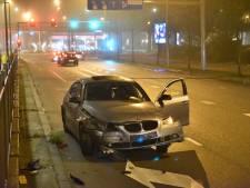 Auto vliegt uit de bocht en ramt tramhalte in Utrecht