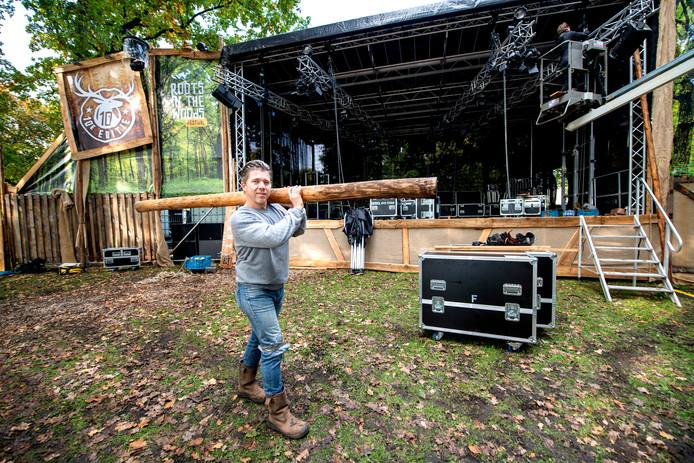 """Marco Bod op de hoofdlocatie van festival Roots in the Woods. ,,Het hoeft niet per se zo te zijn dat we het Beekpark vaarwel zeggen. Dat staat allemaal nog open."""""""