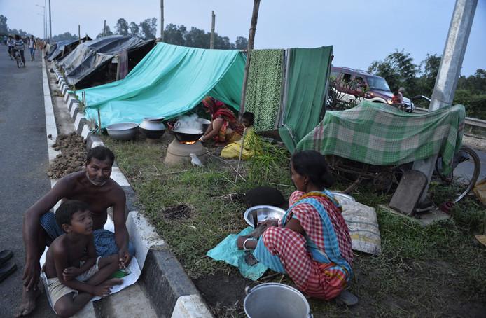 Dorpelingen koken noodgedwongen op straat.