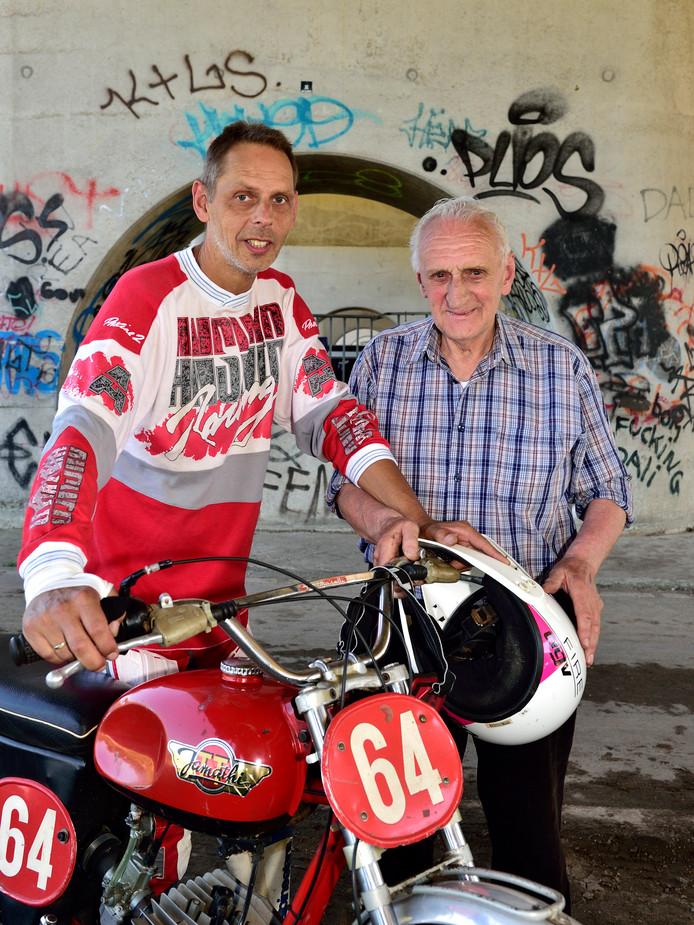 Hans Nieuwveld (78) is zestig jaar lid van MCC Holland. Zijn zoon Ronald mocht zaterdagmiddag voor de jubileumcross zijn 50 jaar oude Jamathi lenen, waar hij vele jaren op reed.