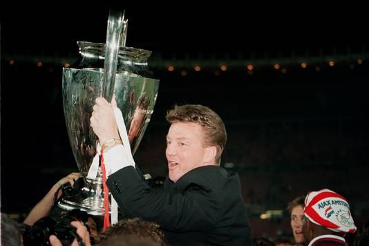 Louis van Gaal als trainer van Ajax met de Champions League in 1995.