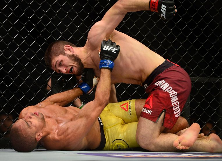30 december 2017: Nurmagomedov haalt in UFC 2017 zwaar uit tegen Edson Barboza.