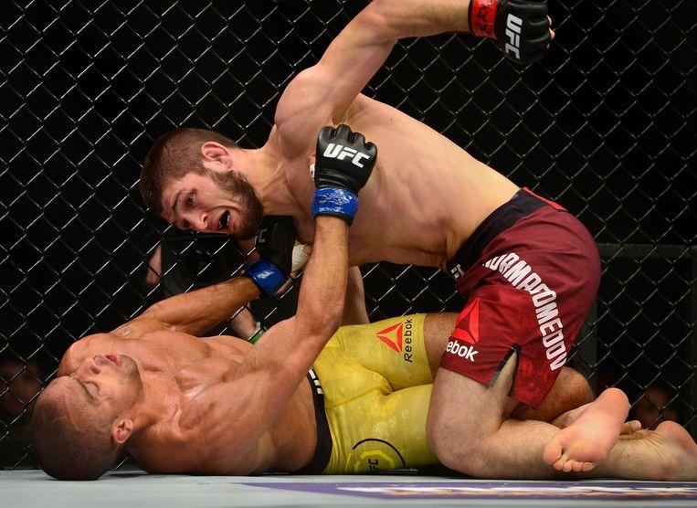 Nurmagomedov mept een opponent KO.