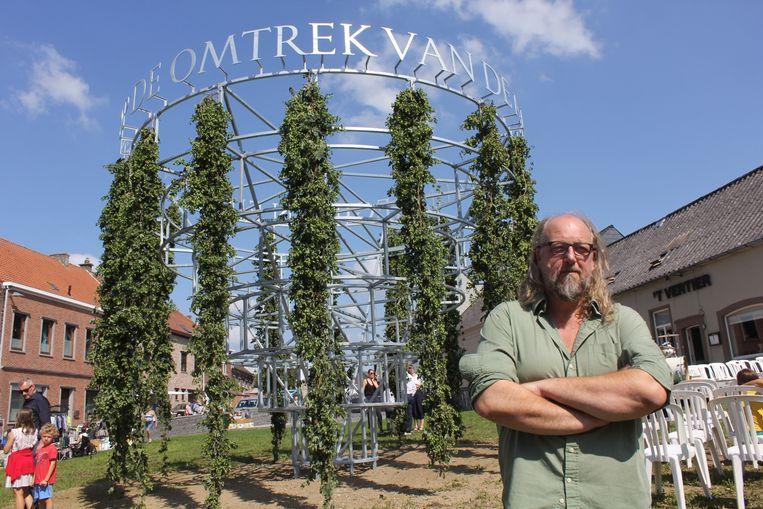 Kunstenaar Jean Bernard Koeman bij het Hopmonument.
