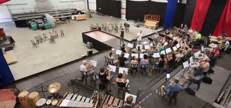 Muziekspektakel fanfare Sint Lucia in De Mortel: Kom, we gaan het weer doen
