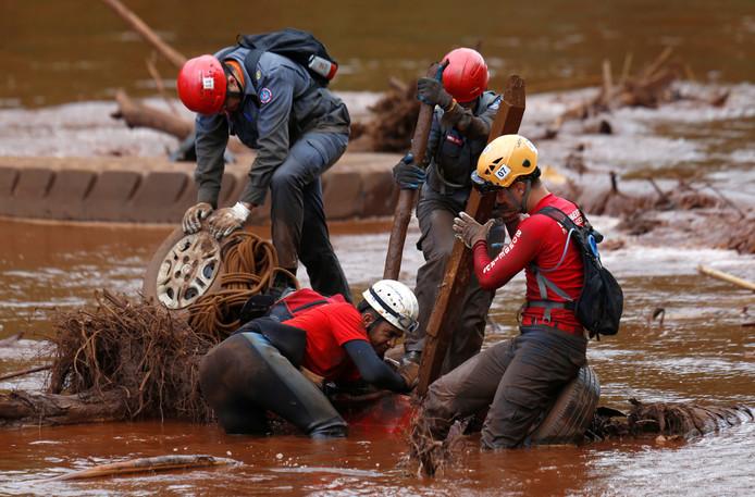 In de modder en onder het puin zoeken reddingswerkers nog altijd naar slachtoffers van de dambreuk bij het Braziliaanse plaatsje Brumadinho.