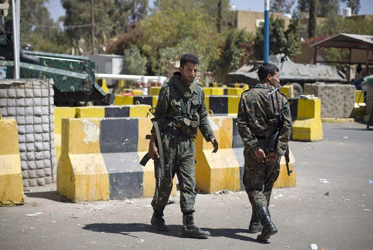 Militairen bewaken de ingang van de Amerikaanse ambassade in Sanaa, die vandaag werd ontruimd.
