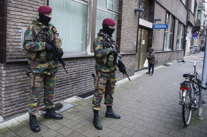 Militairen houden de wacht aan een joodse school in Antwerpen.