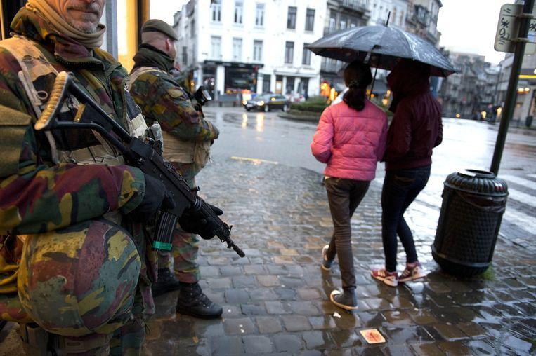 Zwaarbewapende militairen in het centrum van Brussel vanwege verhoogde terreurdreiging in de Belgische hoofdstad. De autoriteiten hebben het dreigingsniveau opgehoogd naar 4, het maximale niveau, vanwege concrete aanwijzingen voor een aanslag. Beeld anp