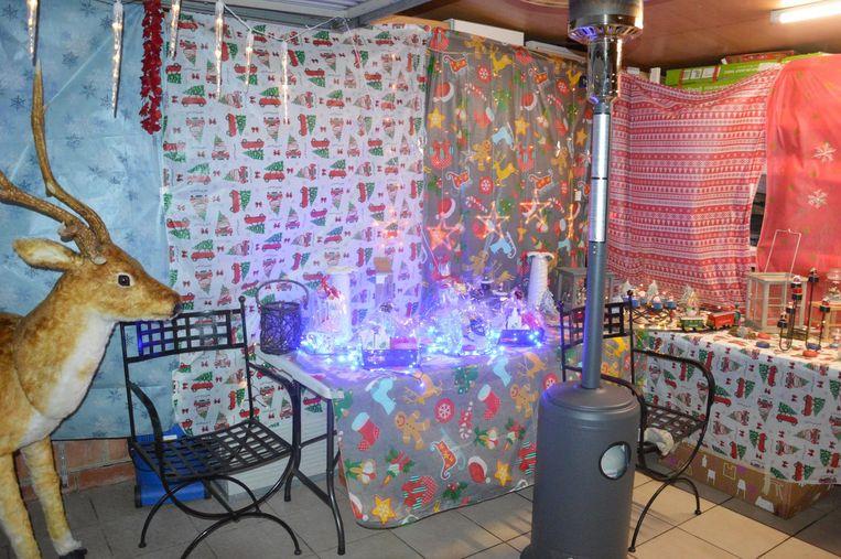 In de garage staan kerstspulletjes opgesteld, het is ook de toegang tot de verwarmde tent.