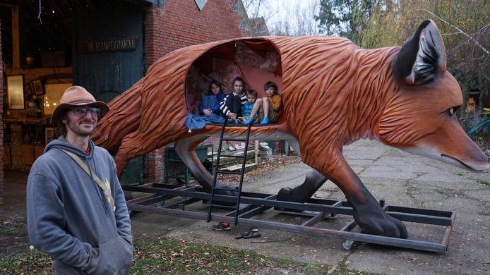 Benjamin Vergauwen bij zijn nieuw pronkstuk: een vos van 6,25 meter lang en 2,42 meter hoog die dienst deed als decor in de opera Foxie.