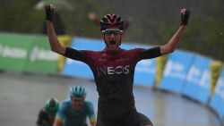 VIDEO. Poels viert in slopende en kletsnatte zevende Dauphiné-rit, Fuglsang neemt gele trui van Yates over