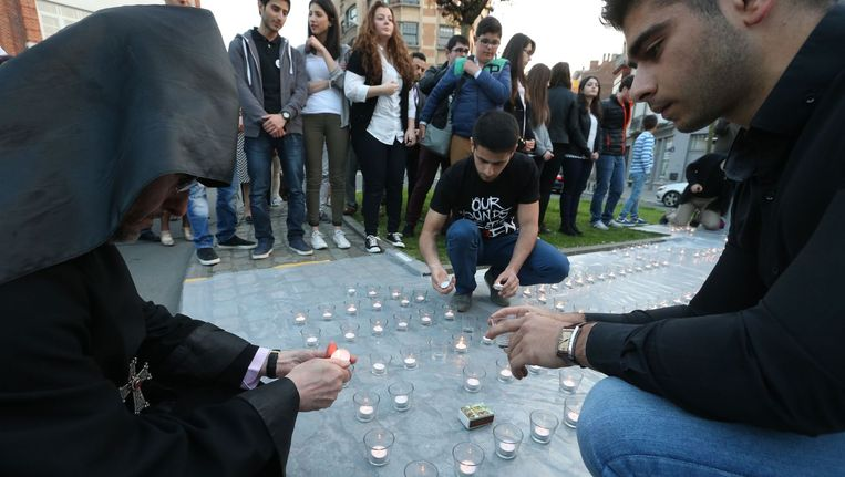 Mensen steken kaarsjes aan tijdens een herdenkingsceremonie in Brussel, bij het monument voor slachtoffers van de Armeense genocide van 1915. Beeld null