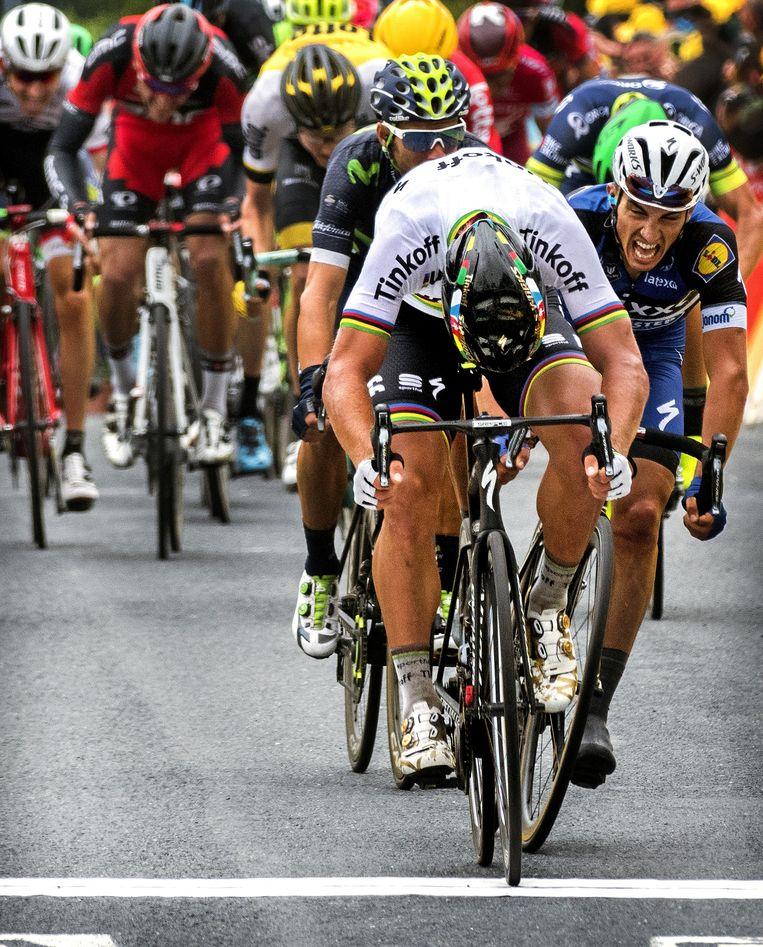 Sagan komt in de regenboogtrui over de finish. Beeld Klaas Jan van der Weij / de Volkskrant