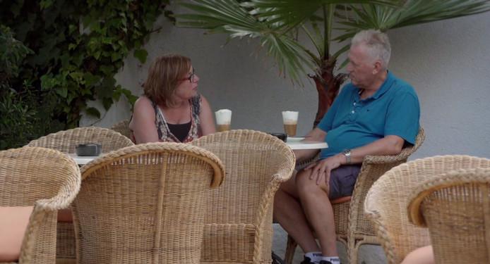 Monique vertelt Ronald dat ze nog gevoelens voor hem heeft.