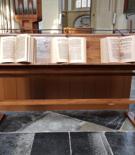Bijbel van Bach te zien in Walburgiskerk in Zutphen