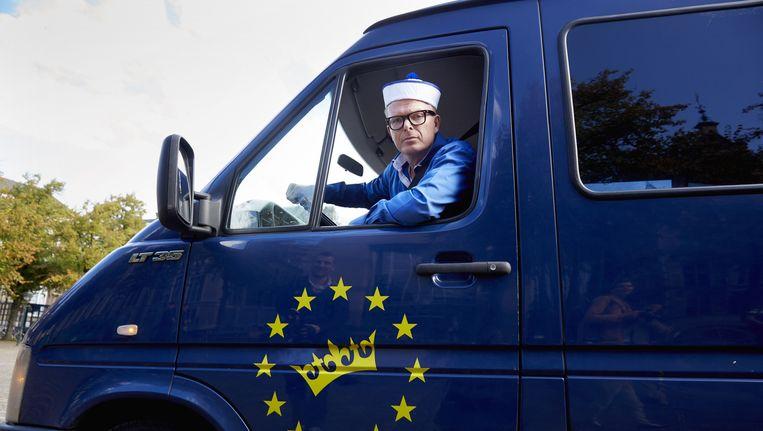 Jan Roos, tijdens het ophalen van handtekeningen voor GeenPeil in Den Haag. Beeld anp