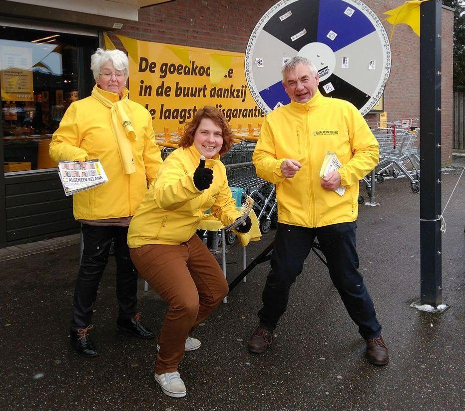 Campagne van Algemeen Belang in volle gang met een Rad van Fortuin. Vlnr: Trees Verhoeven, Inge van Beers en lijsttrekker Jan Jonkers.