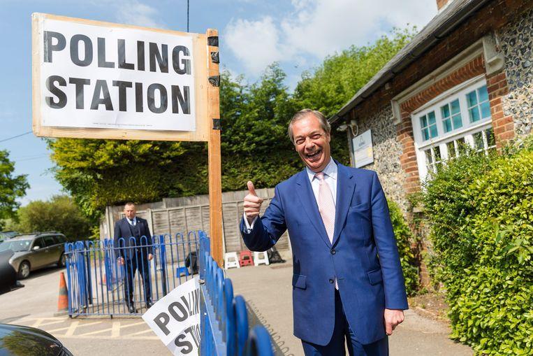 De leider van de Brexitpartij, Nigel Farage, komt donderdag bij zijn stembureau aan. Beeld EPA
