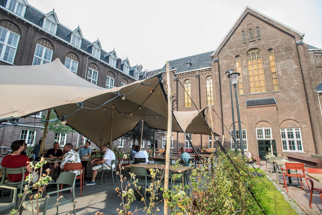 Het terras van restaurant Ingenhousz met het voormalige klooster als decor.