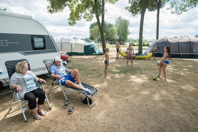 Kampeerders op camping De Kurenpolder. Er komt nu ook een hotel, is het plan van de eigenaren. De gemeente Altena is enthousiast.