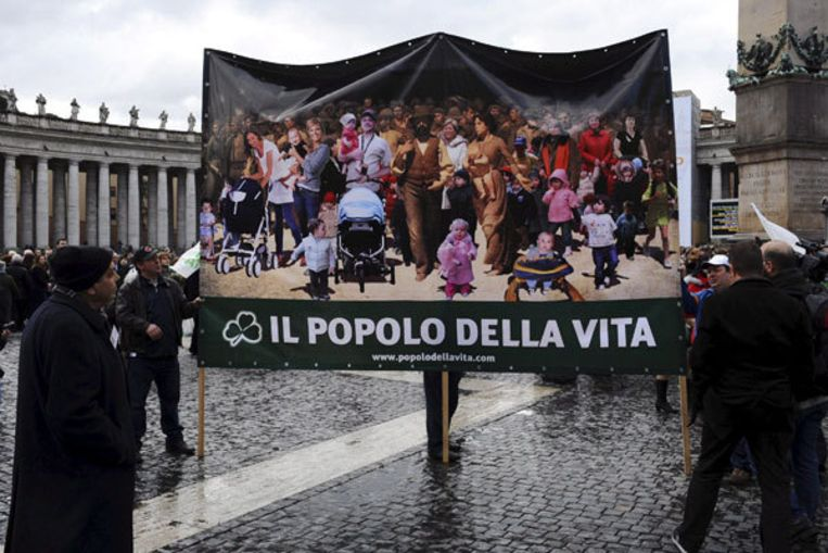 Gelovigen protesteren bij het Vaticaan tegen de euthanasie voor coma-patiënte Eluana Englaro. Zij overleed maandagavond. Foto EPA Beeld