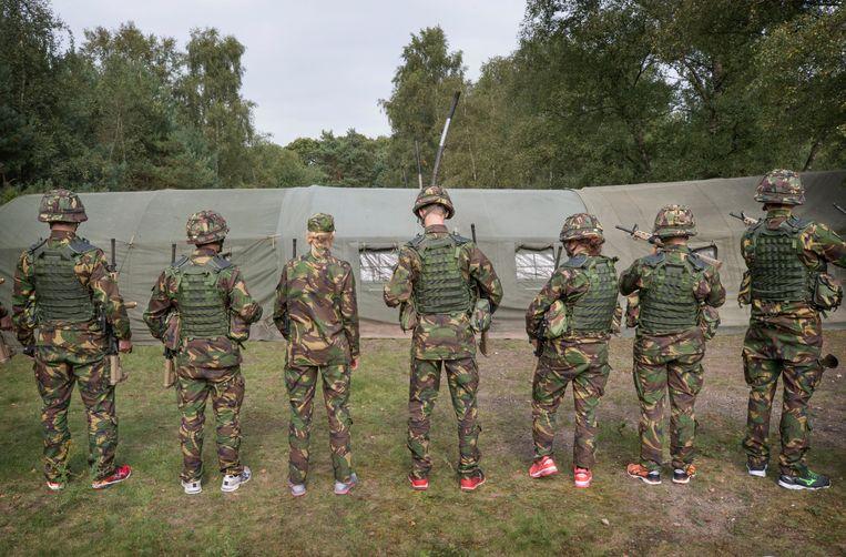 Nieuwe cadetten van de KMA gaan op bivak in de bossen bij Rijen. Beeld Hollandse Hoogte / Joyce van Belkom