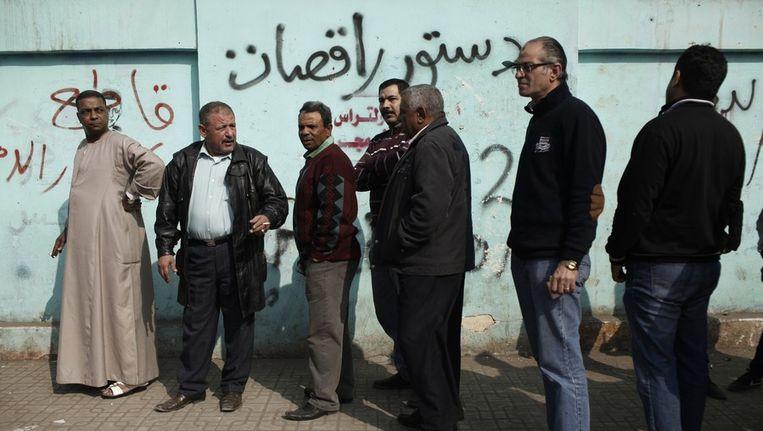 Egyptenaren in de wachtrij voor het stembureau Beeld getty
