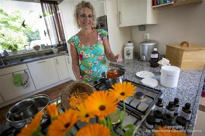 Cora Lelsz verbouwt in de kloostertuin kruiden die ze gebruikt voor het maken van helende zalfjes