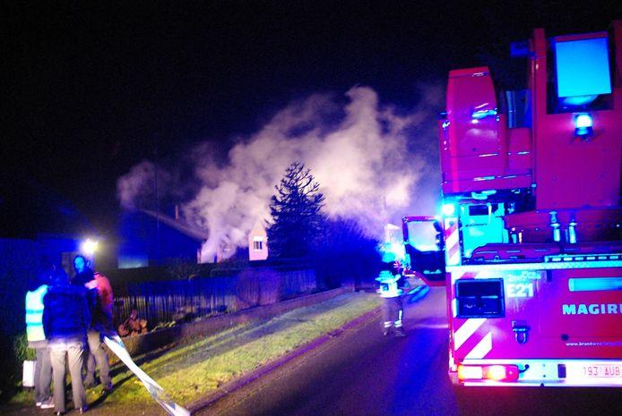 De brand zorgde voor een grote rookpluim. Twee mensen die in de woning aanwezig waren, kwamen om.