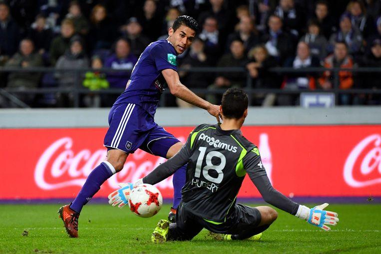 Hamdi Harbaoui oog in oog met Brugge-doelman Guillaume Hubert.