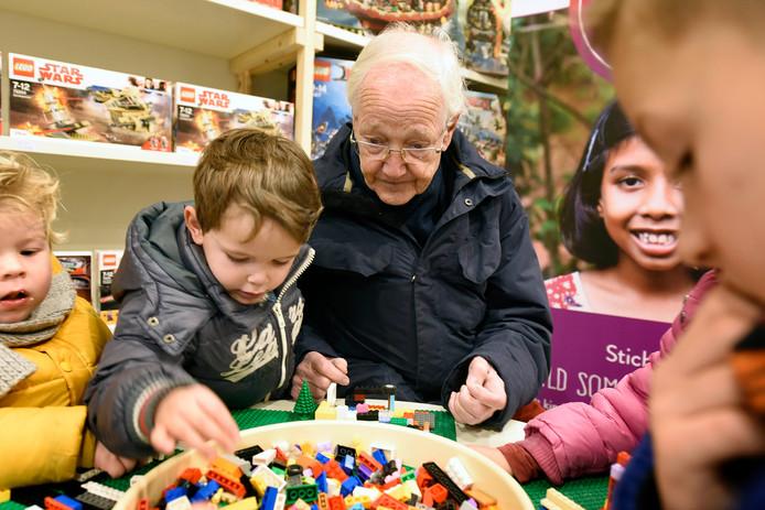 Voor jong en oud: legoliefhebbers van alle leeftijden vermaken zich met de beroemde blokjes in de pop-upstore van Jan Pennewaard in de Voorstraat in Woerden.