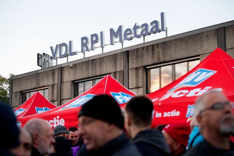 Werknemers van metaalbedrijven rond Rotterdam schrijven zich in als staker,  vorig jaar februari.  Beeld OLAF KRAAK, ANP